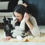 犬や猫が人間の顔をペロペロ・・・メイクをなめてしまって大丈夫?ペットと化粧品の関係は?