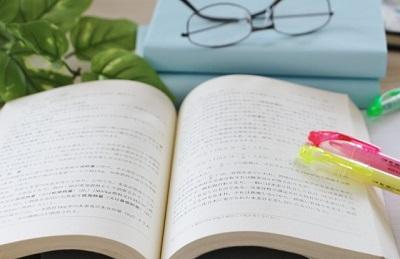 本と眼鏡と蛍光ペン