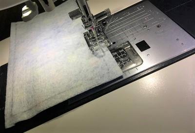 ミシンで布を縫う