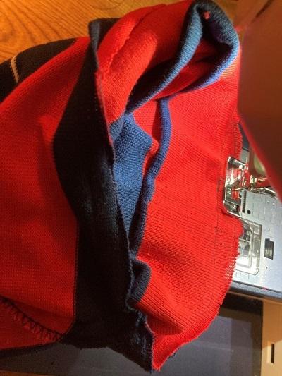 首まわりの縫い代に端ミシンをかける