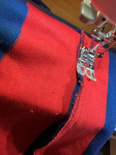 首まわりの縫い代を本体に縫い付ける