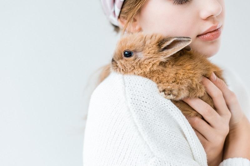 ウサギを抱く女性