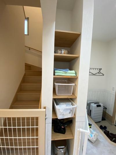 階段脇の備品棚