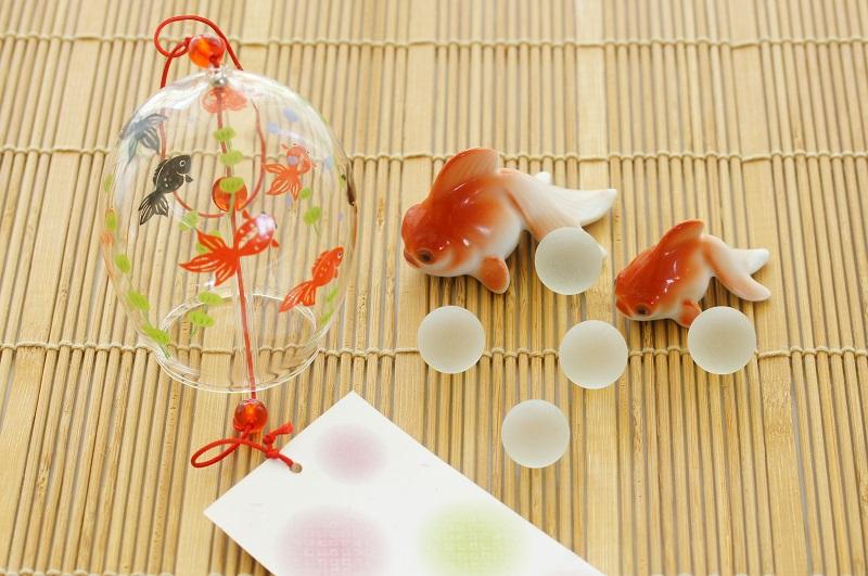 風鈴と金魚の置物の夏イメージ