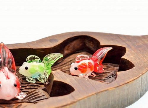 金魚の木型で泳ぐガラスの金魚
